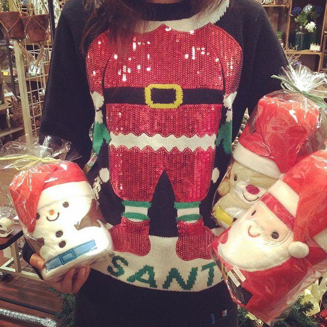 もうすぐクリスマス〜スタッフもワクワクしています️プレゼントにおすすめ!!!親子お揃いで使いたいクリスマスのぬいぐるみのようなフリースブランケット使わないときもかわいい(*^^*)広げるとあったか️ソファーに置いておくだけで賑やかになりますお菓子などのプチギフトと一緒にぬいぐるみがわりのギフトとしても防止にカイロを入れてさらに暖かい🤗#エミュ#岡山#倉敷#雑貨#ブランケット#あったか#クリスマス#サンタ#スノーマン#トナカイ#ぬいぐるみ#デコレーション#ロールブランケット#emv #刺繍