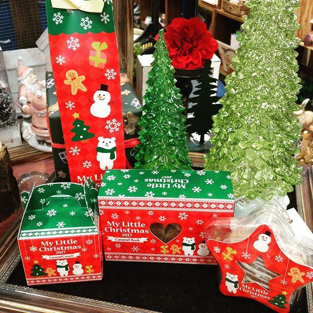 クリスマスの新しいお菓子が今日入荷しましたクリスマスらしいパッケージがとってもかわいい(*^^*)右からスタークッキー¥300パッケージも星の形プレーン味とチョコ味が入っています️キャラメルラスク¥320食べやすいサイズのラスクと甘いキャラメルは相性バツグン!キャラメルクランチ¥300ひとくちサイズで食べやすいシャクシャク食感が楽しいクランチキャラメルブールドネージュ(奥)¥300二層のサクサククッキーをパウダーシュガーでふんわり包んであります(税別)クリスマスのプチギフトにいかがですか?#エミュ#岡山#倉敷#雑貨#クリスマス#お菓子#キャラメル#クッキー#プチギフト#クランチ#ラスク#美味しい#かわいい