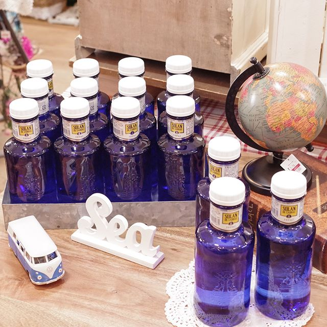 レアル•マドリード公式飲料としても有名なミネラルウォーター、SOLAN DE CABRAS(ソラン・デ・カブラス)が入荷してきました!!SOLAN DE CABRASは、スペインにある源泉から採水され、純粋で口当たりもやわらかで上品なのが特徴のナチュラル・ミネラルウォーター。インスタ映えしそうなブルーのボトルデザインは水を紫外線から守る効果があるそうです!そんなステキがいっぱい詰まったミネラルウォーター、お世話になった方へのちょっとした贈り物にいかがですか?#SOLANDECABRAS #emv #雑貨店